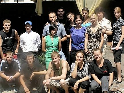 Командная работа и взаимодействие в ресторане: официанты, хостес, бар, кухня